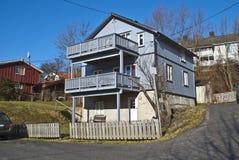 Vieilles maisons en bois avec des balcons dans Halden Image stock