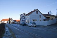 Vieilles maisons en bois blanches dans Halden Photo libre de droits