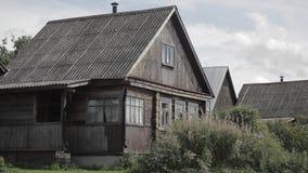Vieilles maisons en bois dans la campagne banque de vidéos
