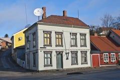 Vieilles maisons en bois de deux étages dans Halden. Photographie stock