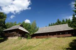 Vieilles maisons en bois des montagnes carpathiennes, Ukraine occidentale Photos stock