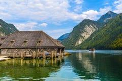 Vieilles maisons en bois sur le lac Koenigssee, Konigsee, parc national de Berchtesgaden, Bavière, Allemagne photo stock