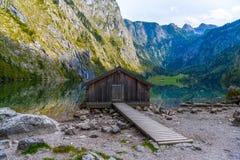 Vieilles maisons en bois sur le lac Obersee, Koenigssee, Konigsee, parc national de Berchtesgaden, Bavière, Allemagne images stock