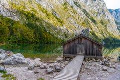 Vieilles maisons en bois sur le lac Obersee, Koenigssee, Konigsee, parc national de Berchtesgaden, Bavi?re, Allemagne photographie stock