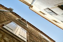 Vieilles maisons en pierre avec des fenêtres avec des volets dans Budva dans Monténégro image stock