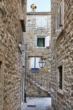 Vieilles maisons en pierre avec des fenêtres avec des volets dans Budva dans Monteneg photos stock