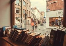 Vieilles maisons et personnes de marche sur la rue avec le café, restaurants, librairies photo stock