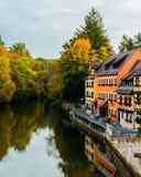 Vieilles maisons européennes sur la berge photos stock