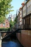 Vieilles maisons le long d'un canal   Images stock