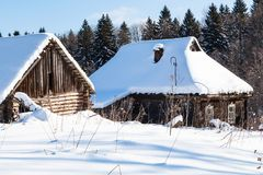 vieilles maisons rurales abandonnées couvertes de neige en hiver Photos libres de droits