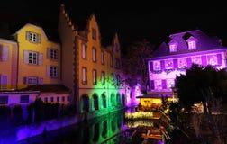 Vieilles maisons sur le canal décoré pour Noël Colmar france alsace photographie stock