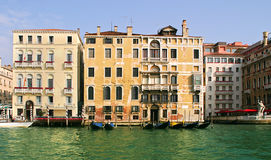 Vieilles maisons sur le canal grand. Image stock
