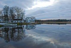 Vieilles maisons sur le lac Image libre de droits