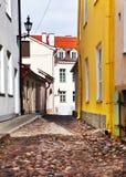 Vieilles maisons sur les vieilles rues de ville tallinn Images stock