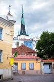 Vieilles maisons sur les vieilles rues de ville tallinn Photos libres de droits