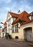 Vieilles maisons sur les vieilles rues de ville tallinn l'Estonie Photos stock
