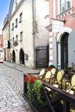Vieilles maisons sur les vieilles rues de ville tallinn l'Estonie Images libres de droits