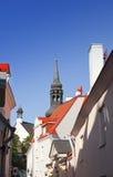 Vieilles maisons sur les vieilles rues de ville tallinn l'Estonie Photographie stock libre de droits