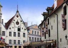 Vieilles maisons sur les vieilles rues de ville tallinn l'Estonie Photo libre de droits