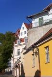 Vieilles maisons sur les vieilles rues de ville tallinn l'Estonie Image libre de droits