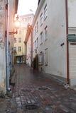 Vieilles maisons sur les vieilles rues de ville tallinn l'Estonie Photos libres de droits