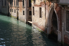 Vieilles maisons sur un canal à Venise, Italie Photographie stock libre de droits