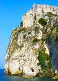 Vieilles maisons sur une falaise raide donnant sur la mer Photo stock