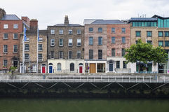 Vieilles maisons sur une rivière de quai au centre historique de Dublin Photos stock