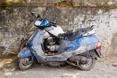 Vieilles motos modifiées abandonnées sur la rue Photos stock