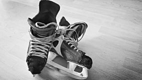 Vieilles paires de patins d'hockey Photo libre de droits