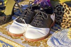 Vieilles paires utilisées de chaussures de selle des années 1950 Images stock