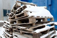 Vieilles palettes en bois avec la neige image libre de droits