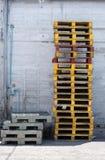 Vieilles palettes en bois et en plastique, objet industriel Image stock