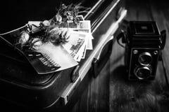 Vieilles photographies, un appareil-photo et fleurs sèches Rebecca 36 Photo libre de droits