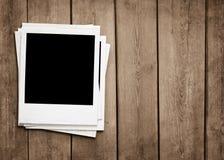 Vieilles photos au fond en bois avec l'espace de copie photo stock