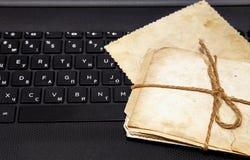 Vieilles photos sur un clavier d'ordinateur portable Photographie stock libre de droits