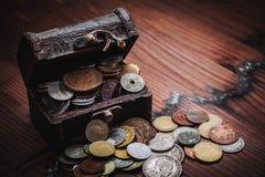 Vieilles pièces de monnaie dans le coffre Image libre de droits