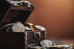 Vieilles pièces de monnaie dans le coffre Photographie stock libre de droits