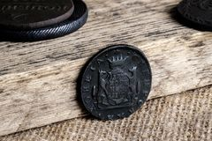 Vieilles pièces de monnaie en cuivre sur un fond en bois, pièces de monnaie hors de circulation Images libres de droits