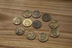 Vieilles pièces de monnaie soviétiques sur un fond en bois Image stock