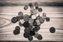 Vieilles pièces de monnaie soviétiques sur un fond en bois - toilettes monochromes de vintage Photo libre de droits