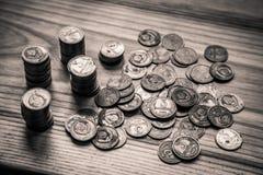 Vieilles pièces de monnaie soviétiques sur un fond en bois - toilettes monochromes de vintage Image stock