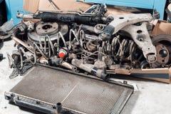 Vieilles pièces de rechange de voiture de sort dans le garage de service Image libre de droits