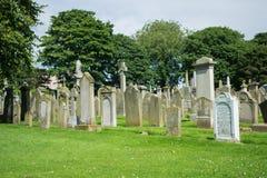 Vieilles pierres tombales blanches dans un cimetière Photographie stock libre de droits
