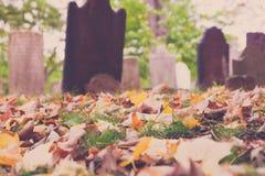 Vieilles pierres tombales dans le cimetière Photographie stock libre de droits