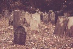 Vieilles pierres tombales dans le cimetière Photos libres de droits