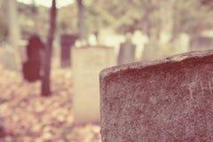 Vieilles pierres tombales dans le cimetière Image stock