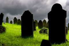Vieilles pierres tombales dans un cimetière Image libre de droits