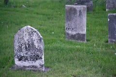 Vieilles pierres tombales de cimetière Photo stock