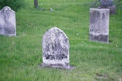 Vieilles pierres tombales superficielles par les agents dans le cimetière Photographie stock libre de droits